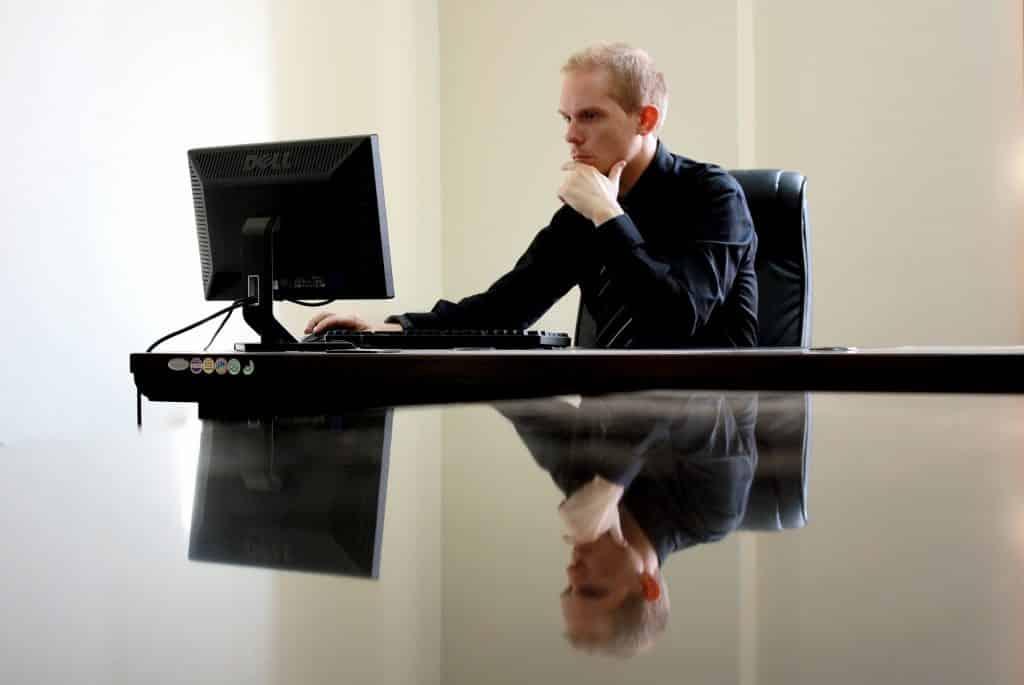Profession libérale qui regarde un site en ligne